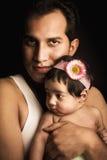 Portrait de beau bébé sur la pelouse images libres de droits