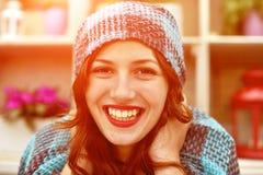 Portrait de beau jeune hamoniya de sourire de fille heureusement, Image libre de droits
