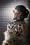 Portrait de beau jeune modèle européen dans le maquillage et le bodyart de chat Photographie stock libre de droits