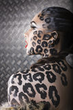 Portrait de beau jeune modèle européen dans le maquillage et le bodyart de chat Images libres de droits