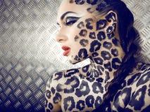 Portrait de beau jeune modèle européen dans le maquillage et le bodyart de chat Image libre de droits