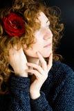 Portrait de beau jeune roux avec la rose bouclée de rouge images stock