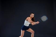 Portrait de beau joueur de tennis de fille avec une raquette sur le fond foncé Photos libres de droits