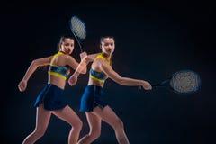 Portrait de beau joueur de tennis de fille avec une raquette sur le fond foncé Images stock