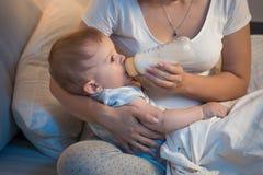 Portrait de beau lait boisson de bébé garçon de bouteille à proche photos libres de droits