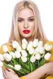 Portrait de beau mannequin avec le lis de bouquet dans des mains, doux et sensuel Maquillage de beauté, cheveux Images libres de droits