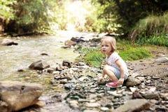Portrait de beau mignon petite fille sur la rive photographie stock
