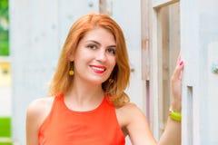 Portrait de beau plan rapproché de fille contre un mur photos libres de droits
