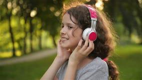 Portrait de beau temps caucasien de dépense de petite fille en parc public Étudiant Kid Having beaucoup de détente d'amusement banque de vidéos