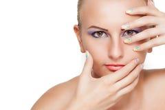Portrait de beauté avec le maquillage et la manucure colorés Photo stock