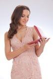 Portrait de beauté cadeau heureux de jeune femme d'un cher Images stock