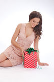 Portrait de beauté cadeau heureux de jeune femme d'un cher Photo libre de droits