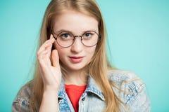 Portrait de beauté d'une jeune femme en bonne santé tenant des verres et regardant l'appareil-photo photos libres de droits