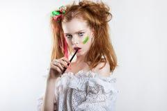 Portrait de beauté d'une jeune fille rousse avec la coiffure et le maquillage créatifs Image stock