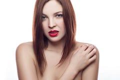 Portrait de beauté de belle femme fraîche gaie (30-40 ans) avec les lèvres rouges et la coiffure brune D'isolement sur le fond bl Photographie stock