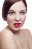Portrait de beauté de belle femme fraîche gaie (30-40 ans) avec les lèvres rouges et la coiffure brune D'isolement sur le fond bl Photographie stock libre de droits