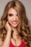 Portrait de beauté de femme blonde avec le maquillage de charme Images stock