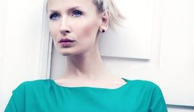 Portrait de beauté de fille blonde sensuelle. Photos stock