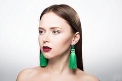 Portrait de beauté de fille dans le studio Avec des boucles d'oreille Photos libres de droits