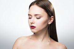Portrait de beauté de fille dans le studio Avec des boucles d'oreille Images stock