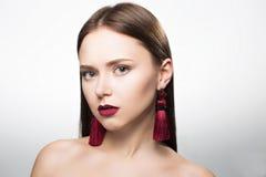 Portrait de beauté de fille dans le studio Avec des boucles d'oreille Image libre de droits