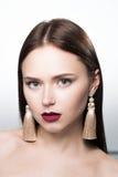 Portrait de beauté de fille dans le studio Avec des boucles d'oreille Photo stock