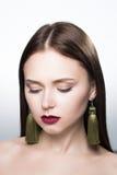 Portrait de beauté de fille dans le studio Fond blanc accessoires Photographie stock libre de droits