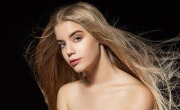 Portrait de beauté de fille sur le fond noir Images stock