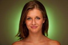 Portrait de beauté de jeune femme attirante avec l'aura verte images libres de droits
