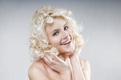 Portrait de beauté de jeune femme blonde attirante Image libre de droits