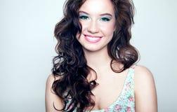 Portrait de beauté de jeune femme de sourire. Photos stock