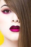 Portrait de beauté de jeune fille blanche avec le maquillage créatif et de cheveux d'isolement sur le fond jaune Image stock