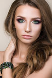 Portrait de beauté de jeune jolie fille avec les yeux verts Photos stock