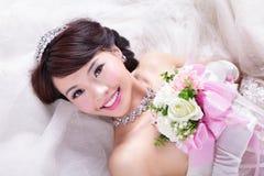 Portrait de beauté de jeune mariée avec des roses Photo stock