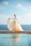 Portrait de beauté de jeune mariée magnifique dans la robe de mariage avec la jupe de soufflement Photo stock