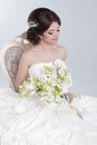 Portrait de beauté de jeune mariée portant dans la robe de mariage avec le voluminou images stock