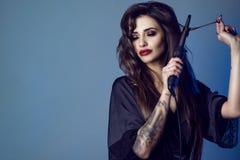 Portrait de beauté de jeune modèle magnifique dans le peignoir en soie noir avec de longs cheveux et maquillage provocateur essay photo stock