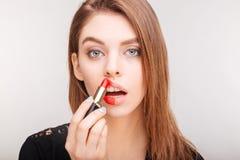 Portrait de beauté de jolie femme faisant le maquillage avec le rouge à lèvres rouge Images libres de droits