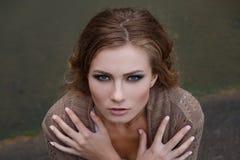 Portrait de beauté de la jeune fille blonde extérieure Photographie stock libre de droits