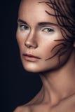 Portrait de beauté fille européenne de cheveux bruns très beaux d'une jeune, Photo libre de droits