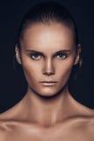 Portrait de beauté fille européenne de cheveux bruns très beaux d'une jeune, Photo stock