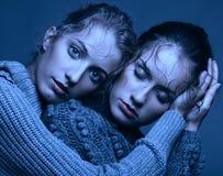 Portrait de beauté de Halloween de deux jeunes femmes dans des chandails gris dessus Photo stock