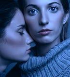 Portrait de beauté de Halloween de deux jeunes femmes dans des chandails gris dessus Photographie stock libre de droits