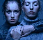 Portrait de beauté de Halloween de deux jeunes femmes dans des chandails gris dessus Photo libre de droits