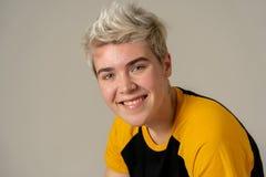 Portrait de beauté de la jeune pose belle de modèle d'homme d'adolescent de transsexuel heureuse photos stock
