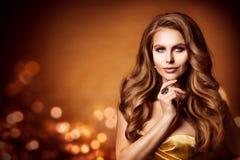 Portrait de beauté, longs cheveux onduleux de belle femme, coiffure de mode photos stock