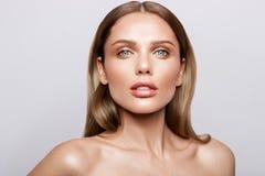 Portrait de beauté de modèle avec le maquillage naturel Photos stock