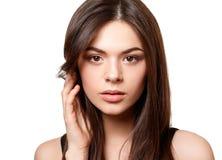 Portrait de beaut? d'une jeune belle fille de brune avec les yeux bruns et longs les cheveux d?bordants droits d'isolement sur le image stock