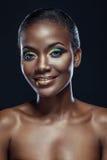 Portrait de beauté de fille africaine ethnique belle de sourire, sur l'obscurité Image libre de droits
