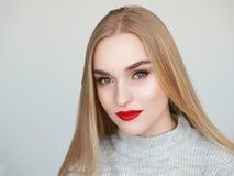 Portrait de beaut? de lumi?re naturelle de plan rapproch? de mod?le blond de femme avec le maquillage lumineux satur? vibrant de  image libre de droits